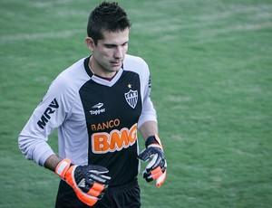 Victor quer encontrar uma casa para os cães em BH (Foto: Bruno Cantini / Site Oficial do Atlético-MG)