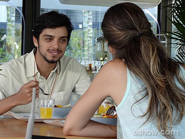 Marlon acha graça da amiga (Foto: Além do Horizonte/TV Globo)