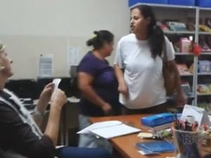 Mãe ameaça diretora de escola com faca (Foto: Reprodução/RPC)