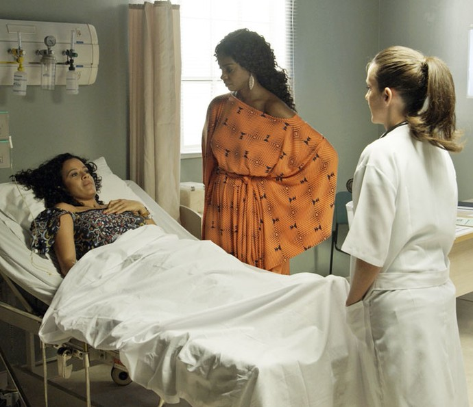 Domingas é levada ao hospital após passar mal (Foto: TV Globo)