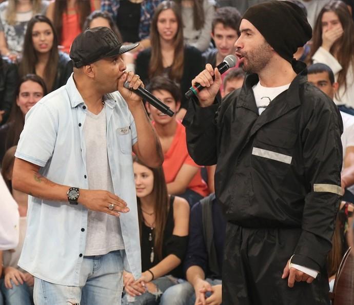 Fernandinho Beat Box e Mustafary cantam no 'Altas Horas' (Foto: Carol Caminha/Gshow)