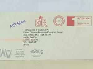 Rainha da Inglaterra respondeu a carta dos estudantes  (Foto: Reprodução / TV TEM)