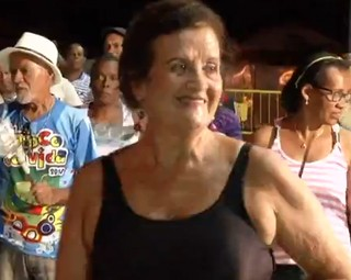 Dona Arly é a madrinha de bateria do Bloco da Vida em Volta Redonda (Foto: Reprodução Rio Sul Revista)