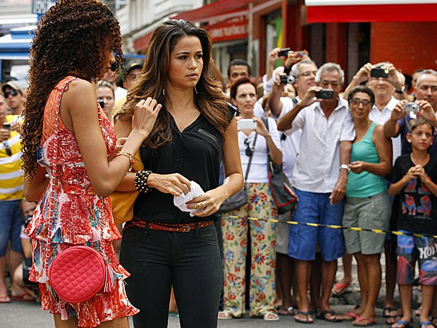 Lucy Ramos e Nanda Costa são fotografadas por diversos curiosos (Foto: Salve Jorge/TV Globo)