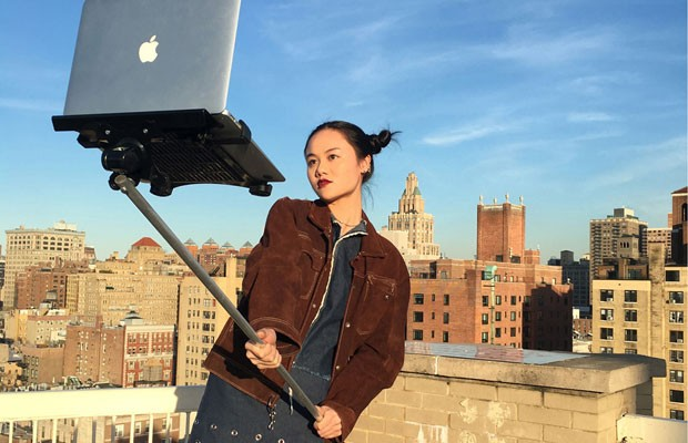 Coletivo de artistas Art404 cria pau de selfie para o Mac, computador da Apple. (Foto: Reprodução/macbookselfiestick.com)