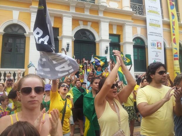 Em Cachoeiro de Itapemirim, a manifestação contra Dilma aconteceu na Praça Jerônimo Monteiro (Foto: Débora Fernandes/ TV Gazeta)