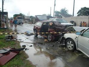 Outros ocupantes do carro foram encaminhados ao hospital (Foto: Gilberto Schmitt/ Cruzeiro do Vale)