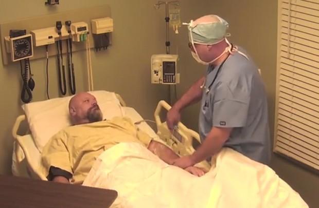 Preso cinco vezes por dirigir bêbado, homem foi enganado e pensou ter acordado 10 anos depois após entrar em coma (Foto: Reprodução/YouTube/MabeInAmerica)