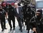 Agentes cobrem rostos com capuzes durante escolta de Cunha em Curitiba