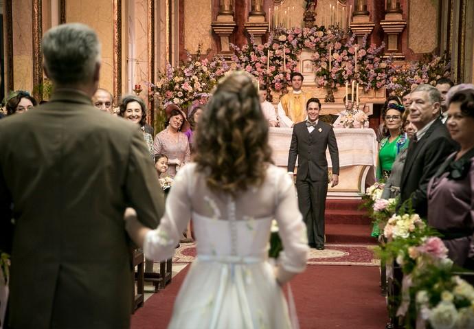 Maria entra na igreja com o pai (Foto: Isabella Pinheiro/Gshow)