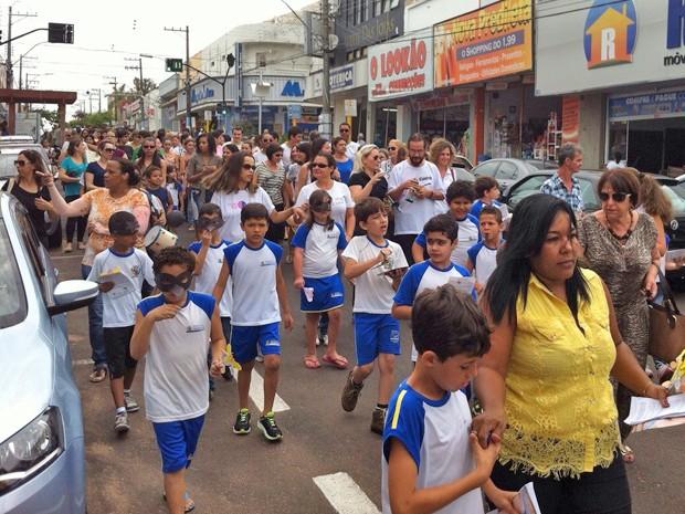 Alunos percorreram Avenida Presidente Roosevelt (Foto: Maria Leny Scramin/Arquivo pessoal)
