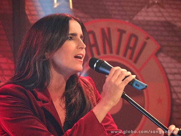 """A atriz solta a voz para cantar """"À francesa"""" (Foto: Sangue Bom/TV Globo)"""