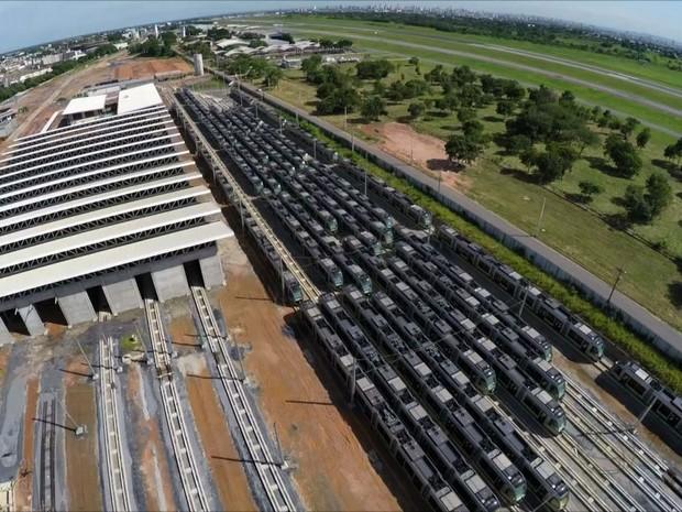 Vagões do VLT estão parados no centro de manutenção em Várzea Grande (Foto: Reprodução/TVCA)