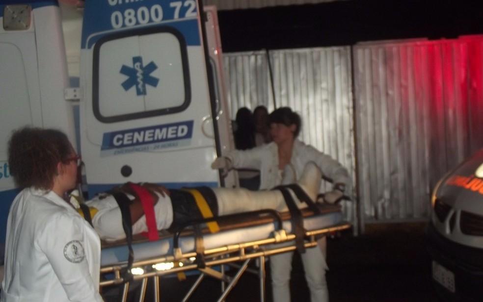 Fã é levado para hospital após palco ceder (Foto: Tél Patané/Catanduva Show)