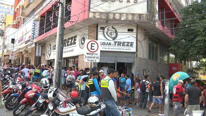 Torcedores das duas equipes fazem fila para comprar ingresso para o clássico (Foto: Reprodução / TV Paraíba)