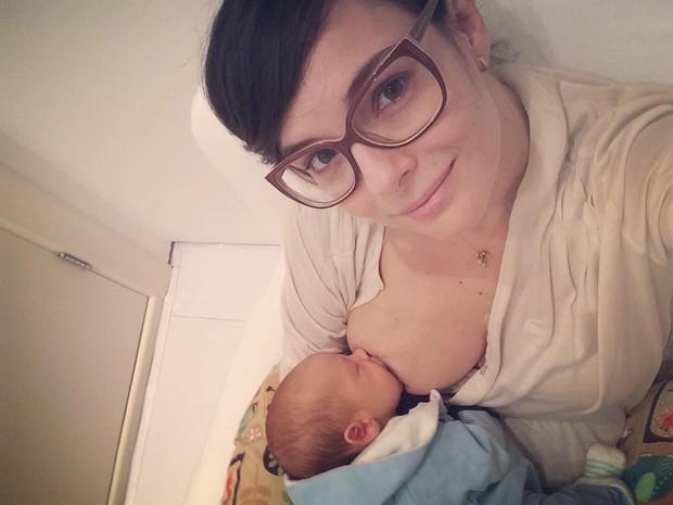 Regiane Alves amamentando (Foto: Reprodução/Instagram)