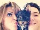 Andressa e Nasser posam com cachorrinho