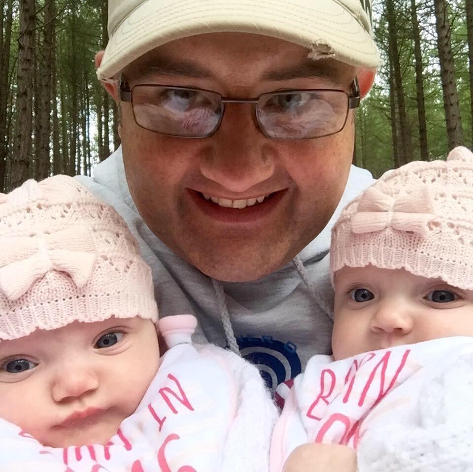 Ben e as gêmeas caçulas, Erin e Leah  (Foto: Reprodução Facebook)