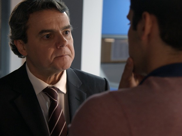 Evandro quase perde a paciência com o filho na delegacia (Foto: TV Globo)