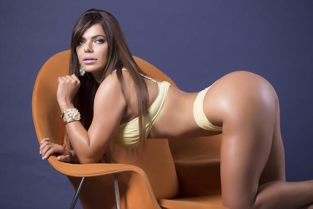 Sósia de Cicarelli diz ter perdido as contas das cirurgias plásticas que fez.