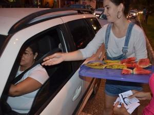 Grupo distribuiu frutas para os carros que passavam (Foto: Walter Paparazzo/G1)