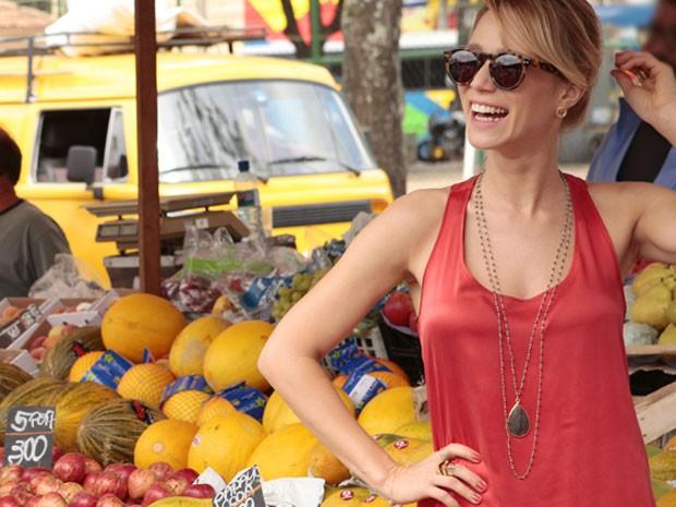 Mariana Ximenes faz graça durante os bastidores da gravação (Foto: Guerra dos Sexos / TV Globo)