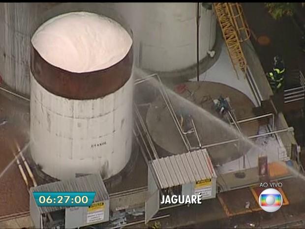 Bombeiros combatem incêndio em indústria na Zona Oeste de SP (Foto: Reprodução/TV Globo)