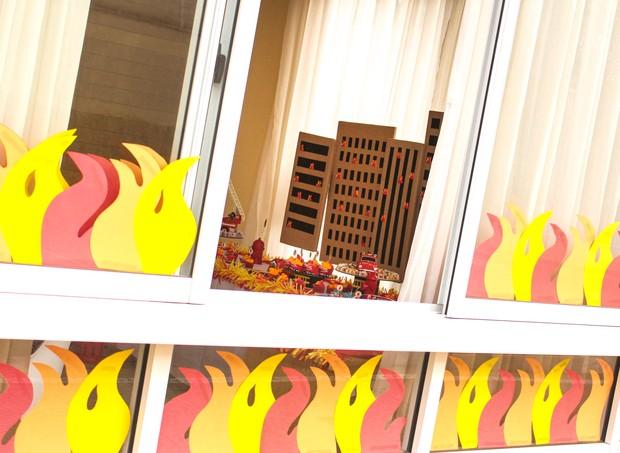 """Os vidros do salão de festas foi decorado com """"chamas"""" de cartolina vermelha, laranja e amarela (Foto: Arquivo Pessoal)"""