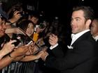 Chris Pine e Keira Knightley distribuem autógrafos em première