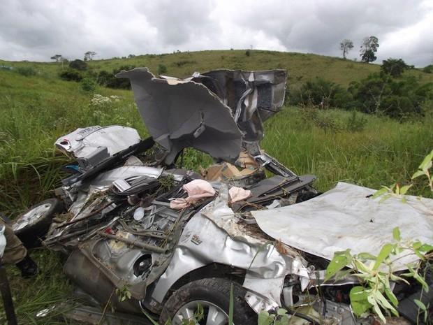 O carro de Marcos caiu em uma ribanceira e ficou totalmente destruído (Foto: Renato Freitas/Blog do Adilson Ribeiro)