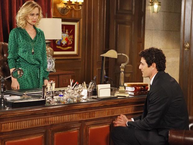 Como bons amigos, Juliana e Nando conversam no escritório da mansão (Foto: Guerra dos Sexos/ TV Globo)