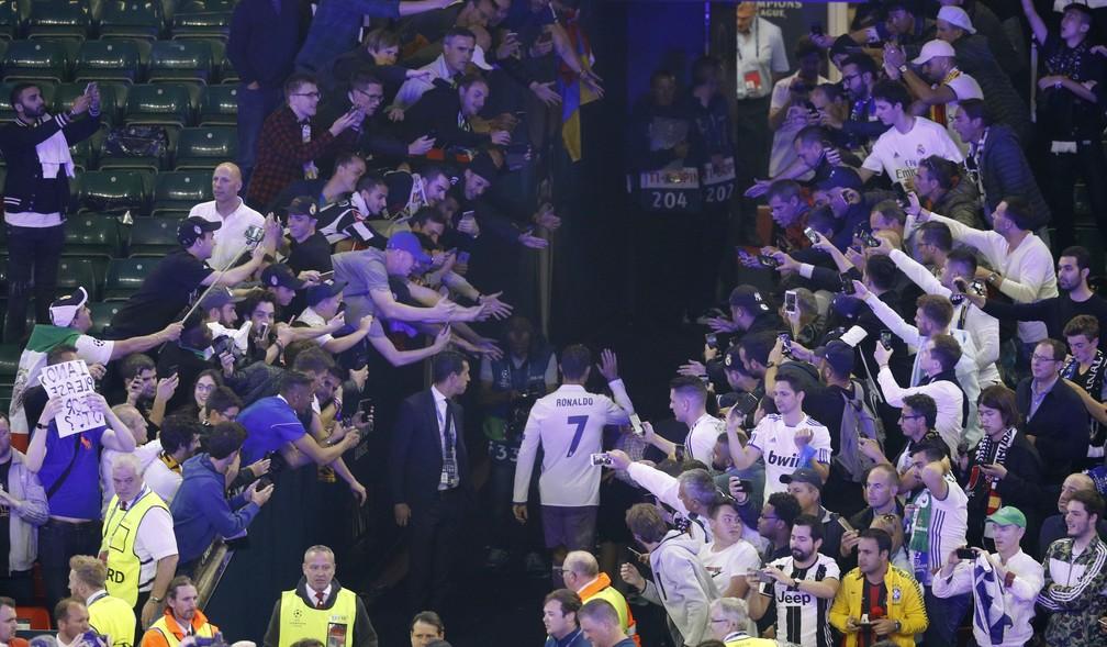 Cristiano Ronaldo deixa o gramado no meio da torcida: rumo ao prêmio de melhor do mundo mais uma vez (Foto: Reuters)