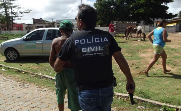Adolescente foi apreendido e levado à delegacia pelos policiais da DEA, em Natal (Foto: Igor Jácome/G1)