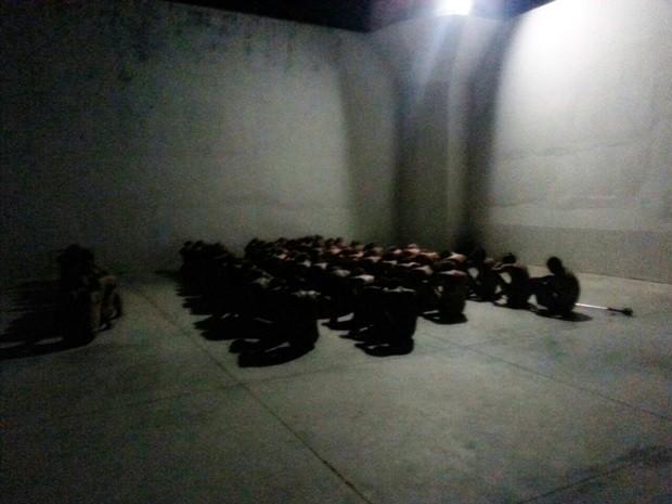 Presos da Cadeia Pública de Mossoró foram colocados no pátio enquanto revista era realizada (Foto: Divulgação/Sejuc)