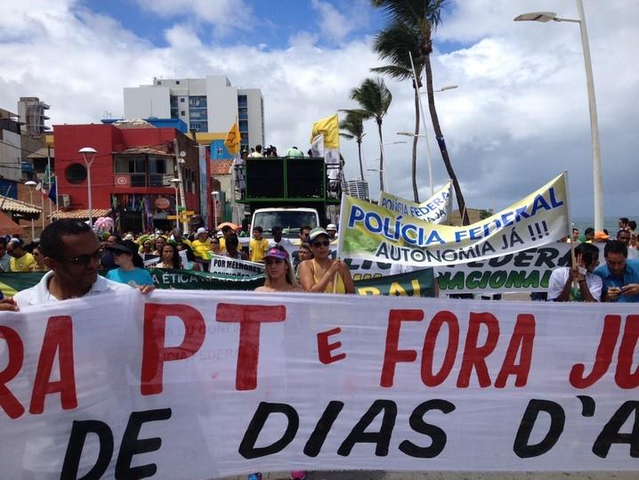 Manifestantes em Salvador carregam faixas e vestem verde e amarelo