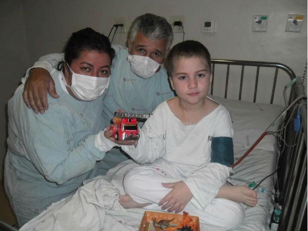 João brinca ao lado dos pais logo após receber a medula  (Foto: Ana Paula Stevam / Arquivo pessoal)