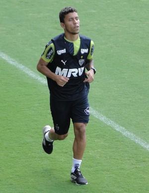 Marcos Rocha corre em campo na Cidade do Galo (Foto: Léo Simonini)