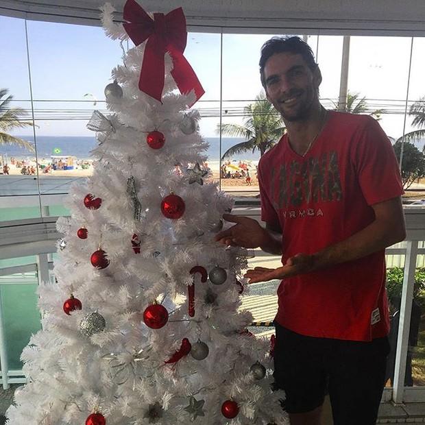 Giba posa com árvore de Natal (Foto: Instagram/ Reprodução)