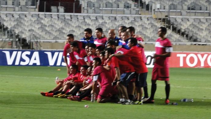 Jogadores do Universitario tiram foto para guardar de lembrança no Mineirão (Foto: Mauricio Paulucci)