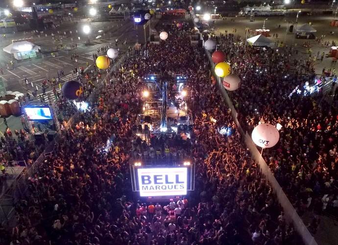 Imagem aérea mostra o bloco Vumbora, de Bell Marques, chegando ao corredor da folia (Foto: Dinarte Mariz/DDrone)