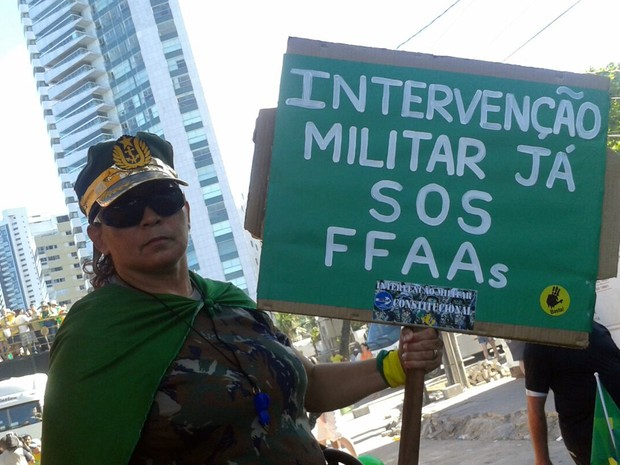 Placa pede intervenção militar (Foto: Luna Markman/G1)