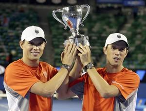 Irmãos Bob e Mike Bryan, campeões do Aberto da Austrália 2013 (Foto: Agência EFE)