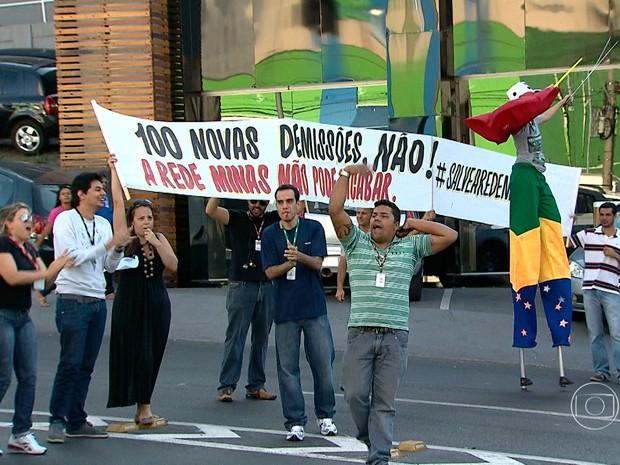 Funcionários da Rede Minas fazem protesto em Belo Horizonte (Foto: Reprodução/TV Globo)