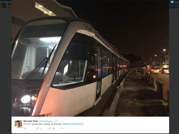 Em outra foto, Paes mostrou o VLT com a Cidade do Samba ao fundo (Foto: Reprodução / Instagram)