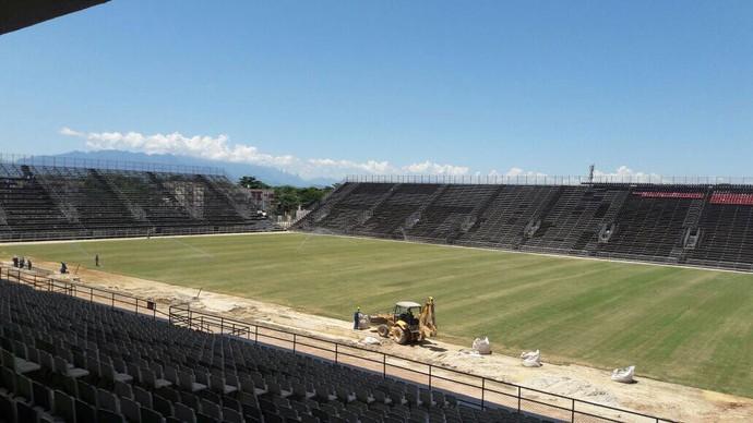 Obras em ritmo intenso no estádio Luso-Brasileiro (Foto: Raphael Zarko)