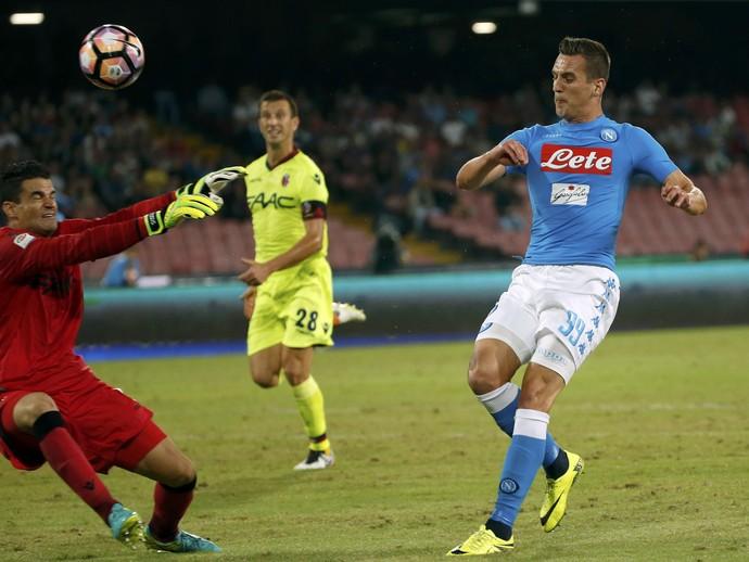 Milik toca na saída do goleiro Angelo da Costa em Napoli x Bologna (Foto: REUTERS/Ciro De Luca)