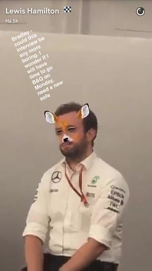 Lewis Hamilton brinca com assessor de imprensa da Mercedes no snapchat (Foto: Reuters)