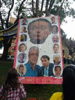 Grupo atirou tomates contra fotos de políticos no protesto de Curitiba (Foto: Leonardo Morrone/RPC)