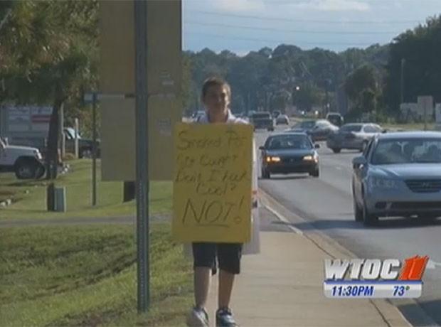 Mãe obrigou o filho de 13 anos a usar um cartaz pendurado no pescoço como punição por ter fumado maconha. (Foto: Reprodução/WTOC)