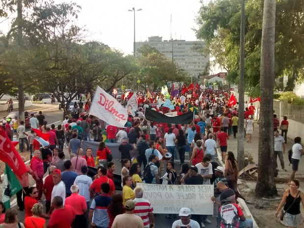 Manifestantes caminham em ruas do Centro de João Pessoa (Foto: Diogo Almeida/G1)